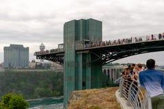 Посетители на наблюдательной вышке Ниагарского Водопада стоковые фотографии rf