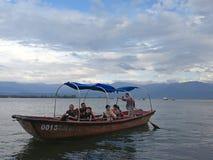 Посетители на озере Qionghai в ¼ ŒChina Xichangï Стоковое фото RF