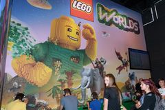 Посетители торговой ярмарки играя миры Lego на будочке comp Стоковые Изображения