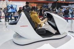 Посетитель пробует мотор перспективы Honda Стоковое Изображение RF