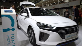 Посетители автосалона рассматривают новый гибрид Hyundai IONIQ электрического автомобиля акции видеоматериалы