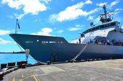 Посетители бортовое HMNZS Веллингтон (P55) Стоковое фото RF