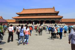 Посетители внутри стены запрещенного дворца, Пекина, Chin Стоковое Изображение