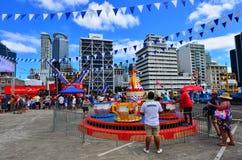 Посетители в портовом районе Окленда причала ферзей Стоковое Изображение RF