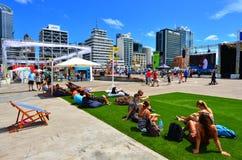 Посетители в портовом районе Окленда причала ферзей Стоковое фото RF