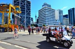 Посетители в портовом районе Окленда причала ферзей Стоковые Фотографии RF