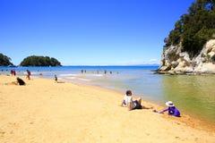 Посетители в пляже Kaiteriteri стоковые изображения