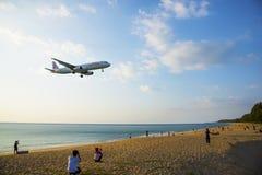 Посетители интересуемые как самолет приземлялись на авиапорт Стоковые Изображения RF