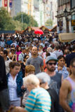 Посетители и резиденты столицы на улицах старого городка Стоковые Изображения RF