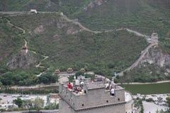 Посетители идут на Великую Китайскую Стену Китая дальше стоковое фото rf
