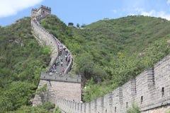 Посетители идут на Великую Китайскую Стену Китая дальше Стоковое Изображение RF