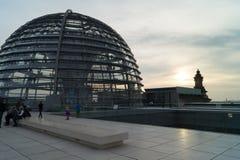 Посетители к куполу на Германском Бундестаге Стоковая Фотография