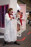 Посетители клоуна занимательные на стойке канона Стоковая Фотография