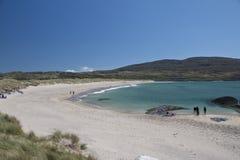 Посетители наслаждаются пляжем с белым песком на Caherdaniel, Керри графства стоковые изображения rf