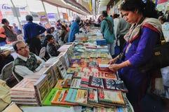 Посетители на книжной ярмарке Kolkata - 2014. стоковая фотография rf