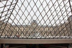 Посетители на Лувре, 3-ье мая 2013 в равенстве стоковые фото