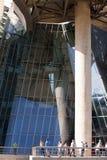 Посетители на музее Guggenheim, Бильбао Стоковые Изображения RF
