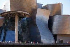 Посетители на музее Guggenheim, Бильбао Стоковые Фото