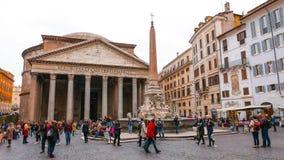 Посетители на пантеоне в Риме - важной туристической достопримечательности стоковая фотография rf