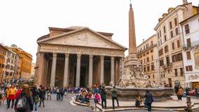 Посетители на пантеоне в Риме - важной туристической достопримечательности стоковое изображение rf
