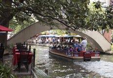 Посетители на прогулке реки стоковые изображения