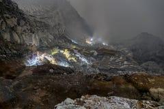 Посетители ночи на вулкане Ijen, Ява, Индонезии Стоковые Фото