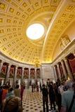 Посетители принимая путешествия на здание капитолия США стоковое изображение rf