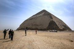 Посетители причаливают изогнутой пирамиде на Dahshur в Египте Стоковая Фотография RF