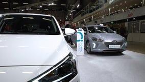 Посетители рассматривают новые автомобили Hyundai IONIQ электрический и гибрид Hyundai IONIQ сток-видео