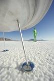 Посетитель чужеземца стоя под космическим кораблем Стоковые Фотографии RF