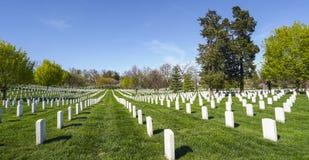 Посещающ кладбище Арлингтона в Вашингтоне - ВАШИНГТОНЕ, ОКРУГЕ КОЛУМБИЯ - 8-ое апреля 2017 стоковое изображение rf