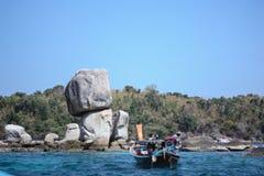 Посещая камни штабелируя на острове Hin Sorn Koh, в Satun, Таиланд стоковые изображения rf