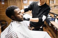 Посещая парикмахер стоковая фотография rf