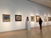 Посещая современный музей искусств Стоковые Изображения RF