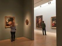 Посещая современный музей искусств стоковая фотография