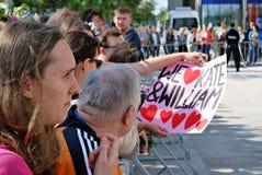 Посещение королевских пар в Варшаве Люди держа флаги и цветки Юниона Джек Стоковые Изображения