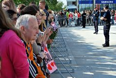 Посещение королевских пар в Варшаве Люди держа флаги и цветки Юниона Джек Стоковое Изображение RF