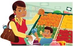 Посещение магазина бакалеи женщины с младенцем Стоковые Изображения