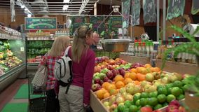 Посещение магазина бакалеи (3 из 7) видеоматериал
