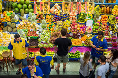 Посещение магазина бакалеи клиентов на муниципальном рынке в Сан-Паулу, Бразилии стоковое изображение
