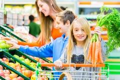 Посещение магазина бакалеи семьи в гипермаркете стоковое изображение rf