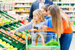 Посещение магазина бакалеи семьи в гипермаркете стоковое фото rf