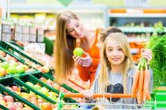 Посещение магазина бакалеи семьи в гипермаркете Стоковые Фотографии RF