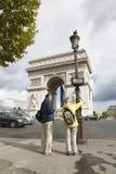 посещение триумфа дуги de туриста стоковое фото rf