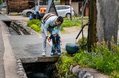Посещение туристов Shirakawa-идет Стоковые Изображения