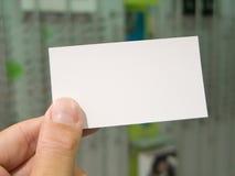 посещение удерживания руки пустой карточки Стоковая Фотография RF