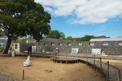 Посещение Aapravasi Ghat людей, строительный комплекс исторического депо иммиграции колониальный в Порт Луи, Маврикии стоковые изображения rf