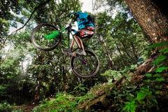 Поскачите и летите на горный велосипед стоковое фото rf