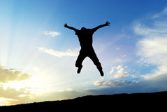 поскачите небо человека к стоковая фотография rf