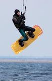 Поскачите спортсмен на доске для kitesurfing Стоковые Изображения